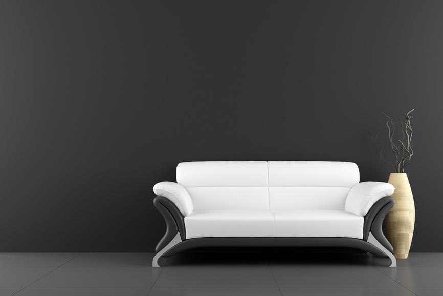 Reduziertes Zimmer mit Sofa